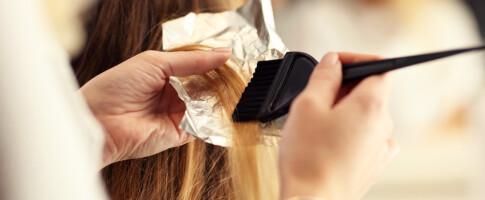 Image: Kan man stripe, farge og klippe håret hjemme?