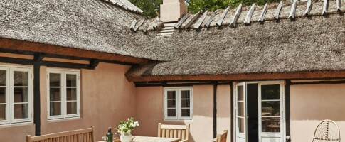 Image: I dette pudderrosa sommerhuset skjuler det seg en romantisk oase