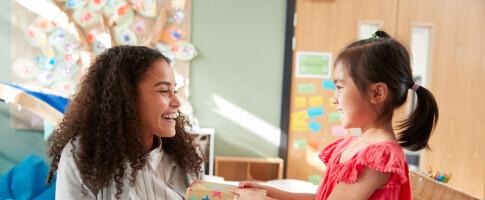 Image: Lærere får smykker i gave fra enkeltelever