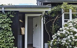 Image: Innenfor dette mørke huset åpenbarer det seg som et lyst og luftig hjem